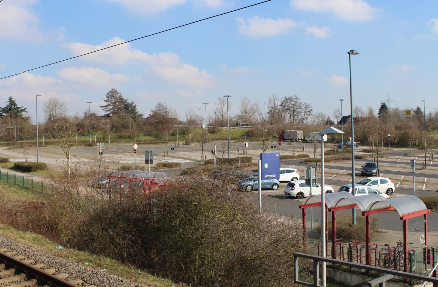 S-Bahn-Parkplatz und Kreuzungsbereich mit L 264